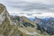 Blick Richtung Nünenenflue (2102 m.ü.M.), Stockhorn (2190 m.ü.M.) und die Berner Alpen (links), rechts anschliessend die Freiburger Alpen