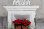 Sgraffito und Blumen (Scuol)