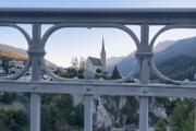 Blick von der Gurlainabrücke auf die Kirche von Scuol