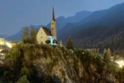 Nächtlicher Blick von der Gurlainabrücke auf den Inn und die Kirche von Scuol