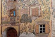 Ardez: Chasa Claglüna mit Fassadenmalerei (Darstellung des Sündenfalls)