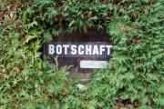 """BOTSCHAFT (""""Wortspielereien auf dem Wandelweg"""", im Kirchenfeld- und Gryphenhübeliquartier, Bern, 2018)"""