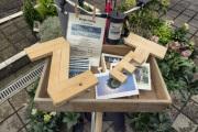 """Kartenverkaufsstand im Blumenladen (Ausstellung """"ZEIT LOS LASSEN"""", Schosshaldenfriedhof, Bern/Ostermundigen 2019)"""