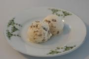 Eiscreme mit Ahornsirup und Nüssen